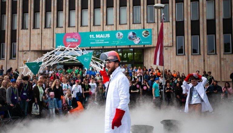 Foto: Eksperimentiem bagātais fizikas festivāls pulcē teju 4000 dalībnieku