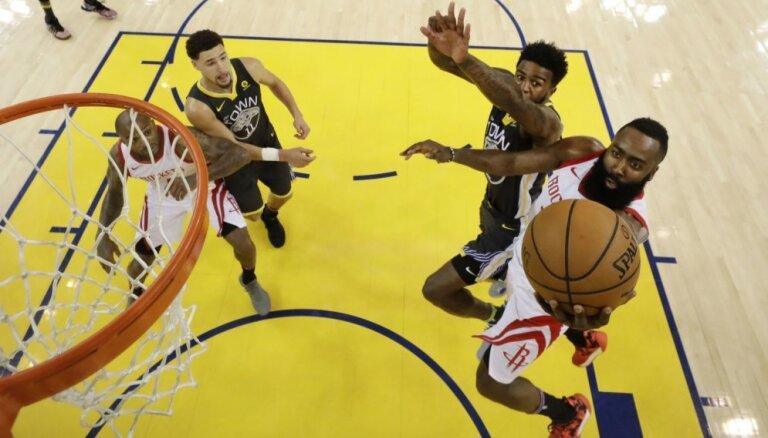 'Rockets' trillera cienīgā spēlē izlīdzina rezultātu NBA pusfinālā pret 'Warriors'