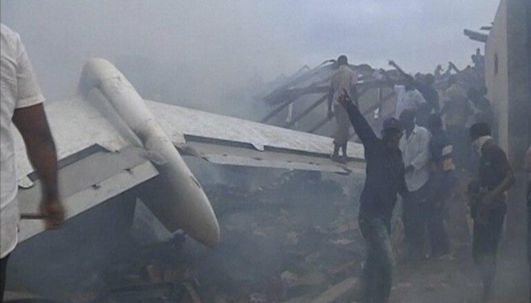 Nigērijas aviokatastrofas vietā atrod piecus izdzīvojušos