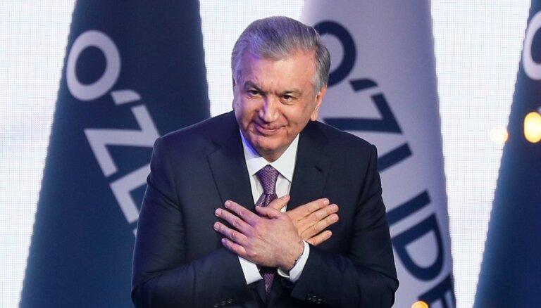 Putins un Lukašenko vēl pirms rezultātu paziņošanas apsveic Mirzijojevu ar uzvaru vēlēšanās