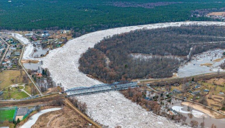 Впечатляющие ФОТО: как выглядят ледяные заторы в Царникаве с воздуха