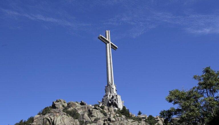 Испании рекомендуют перезахоронить диктатора Франко