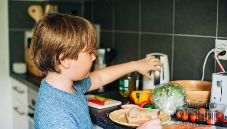 Viens pats mājās: 30 ēdieni bez cepšanas un vārīšanas, ko spēs pagatavot pat pirmklasnieks