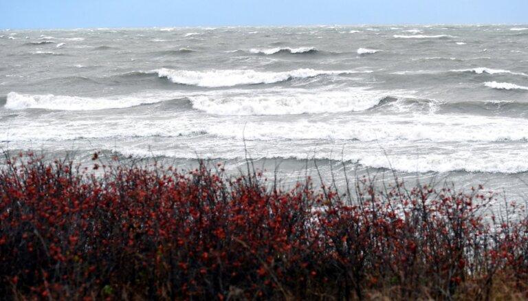 Ventspils novadā jūrā apgāzies kuteris ar diviem cilvēkiem; turpinās viena cilvēka meklēšana