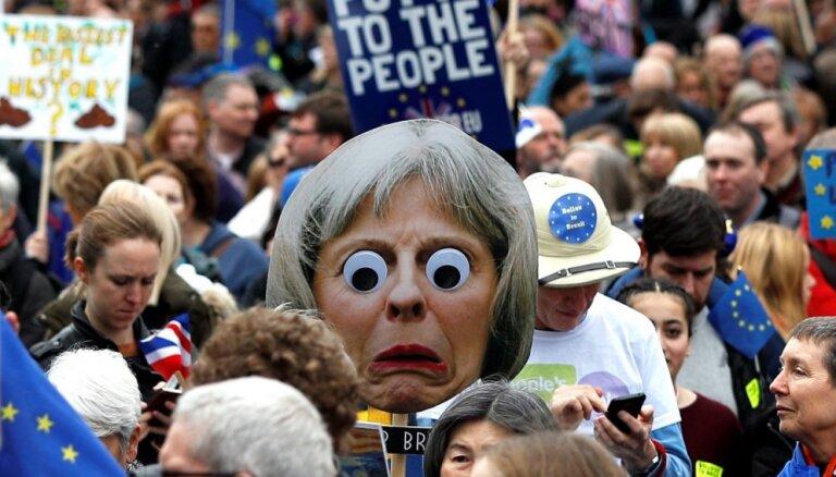 Foto: Simtiem tūkstošu cilvēku Lielbritānijā pieprasa atkārtotu 'Brexit' referendumu