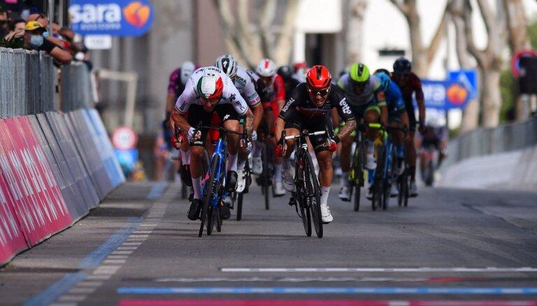 Jūens finiša spurtā uzvar 'Giro d'Italia' piektajā posmā; Landam smags kritiens