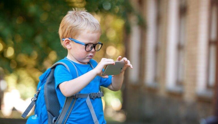Trīs būtiski padomi vecākiem, iegādājoties pirmo tālruni bērnam