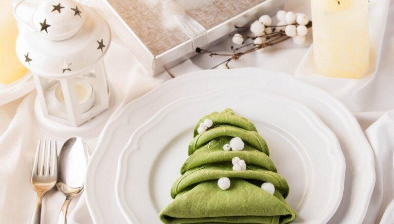 Eglīte, zaķis un rūķa cepure: piecas salvešu locīšanas idejas svētku galdam