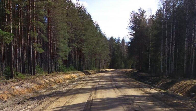 Atjaunota satiksme uz diviem grants autoceļiem