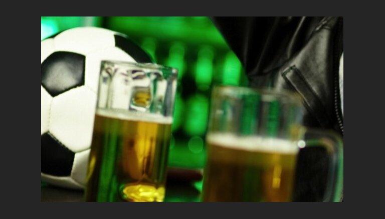 Angļu futbola faniem Pasaules kausa laikā iesaka neaizrauties ar alkoholu