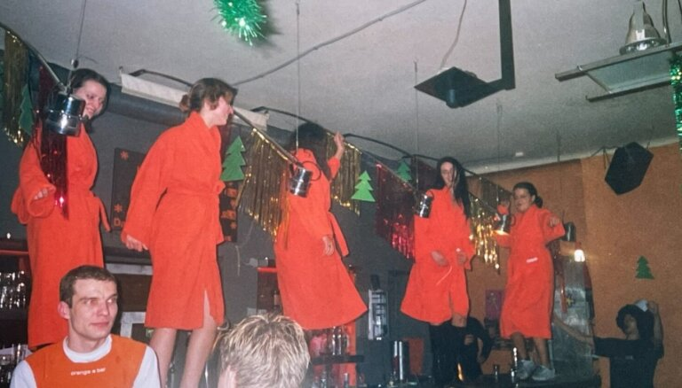Vecrīgas karaļi 'Fantastic 6' un viņu viesistaba 'Orange bar'