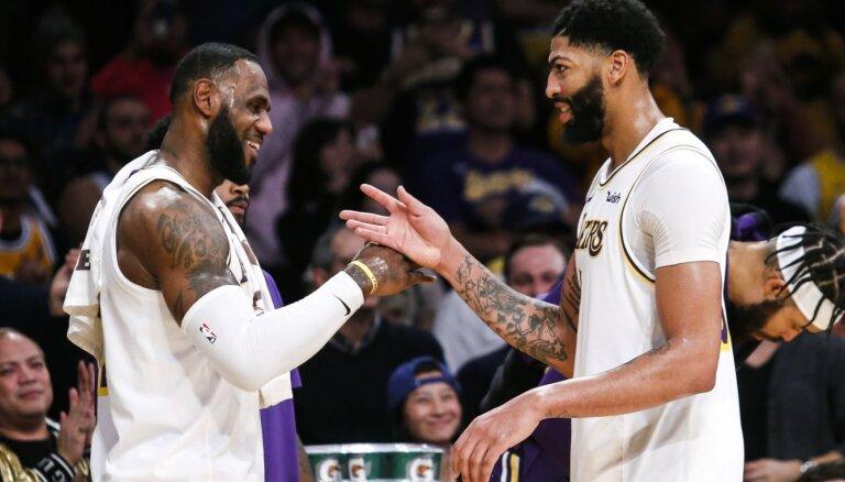 Deiviss un Džeimss kopā samet 82 punktus 'Lakers' uzvarā