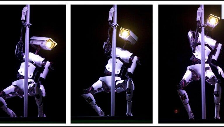 CeBIT 2012: посетителей развлекают роботы-стриптизерши