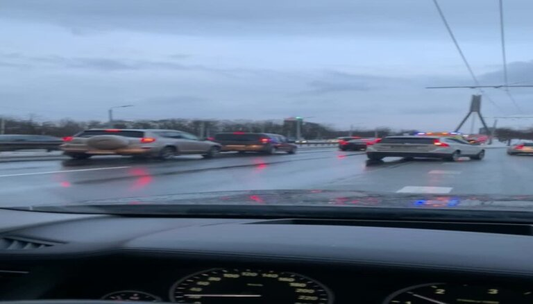 Video: Ātrās palīdzības auto uz Vanšu tilta piedzīvo ķibeli ar riteni