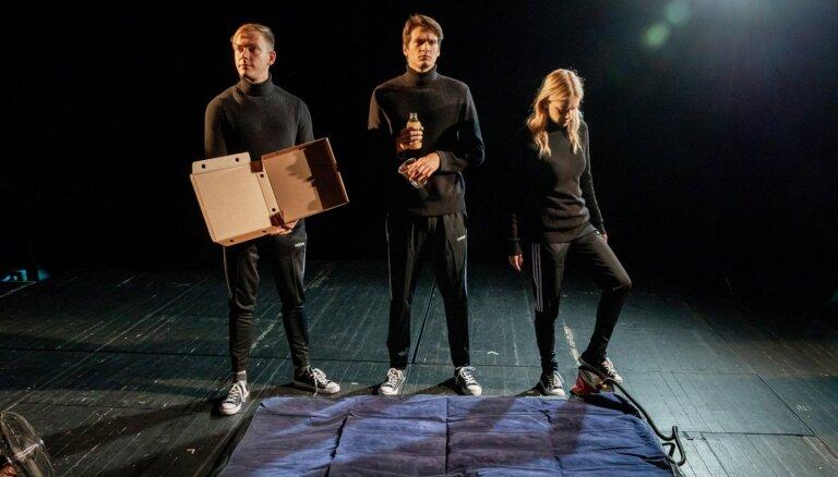 Leļļu teātrī iestudēta izrāde jauniešiem un pieaugušajiem 'Nāve ēnā'