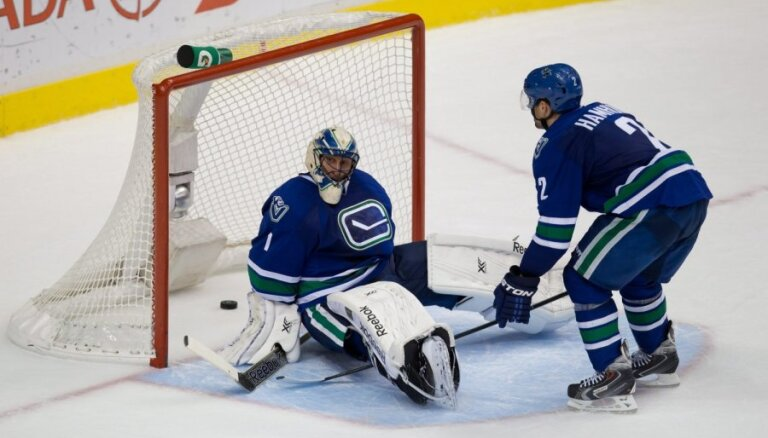 """ВИДЕО: Плей-офф НХЛ стартовал поражением """"Ванкувера"""" и массовой стычкой в Монреале"""