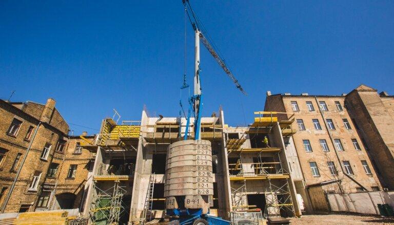 ФОТО: В тихом центре Риги на улице Стабу возводят семиэтажный жилой дом