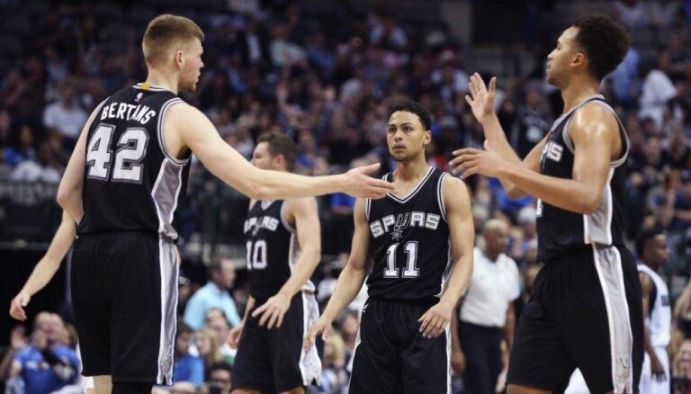Bertānam divas atlēkušās bumbas 'Spurs' uzvarā pār 'Hawks'