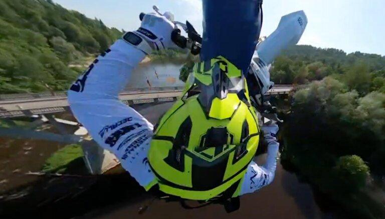 Video: Matīss Karro ar motociklu izlec no Siguldas gaisa tramvaja