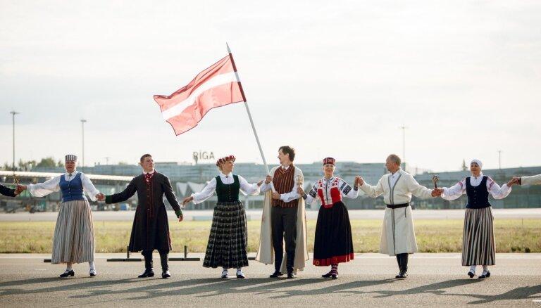 Noskaties! Par godu Baltijas ceļam vairāk nekā 100 dejotāju uz lidostas skrejceļa izdejo Gatves deju