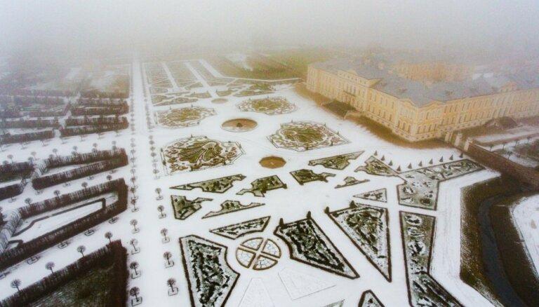 Rundāles pils un ziemīgais baroka dārzs no putna lidojuma