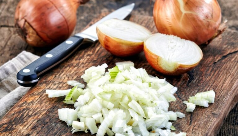 Mācies no šefpavāriem – kā smalki sakapāt sīpolus