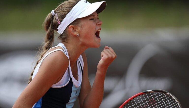Jaunā tenisiste Bartone piedzīvo zaudējumu Vimbldonas junioru čempionāta dubultspēļu finālā