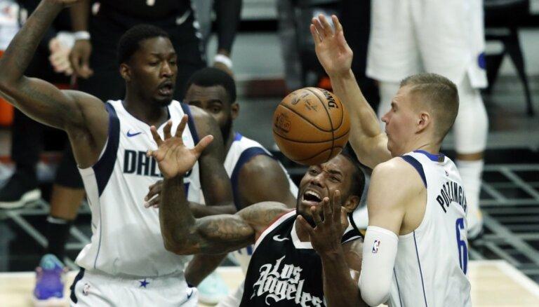 'Mavericks' pāriet uz savdabīgu piecnieku un trešo reizi Losandželosā pārspēj 'Clippers'