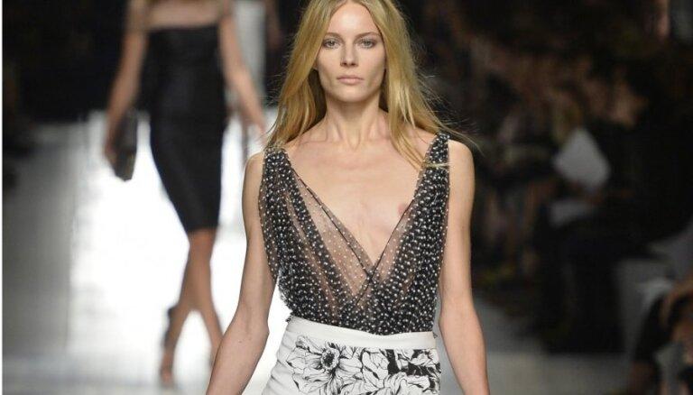 Modele Ieva Lagūna Milānā zibina krūtsgalu