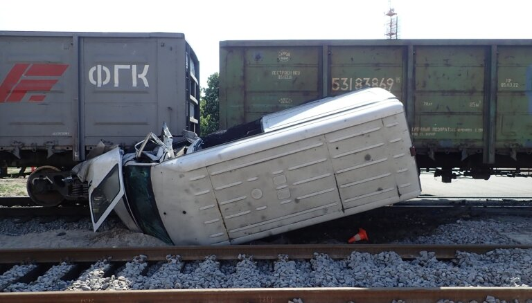 ЧП на территории порта: на переезде столкнулись поезд и микроавтобус