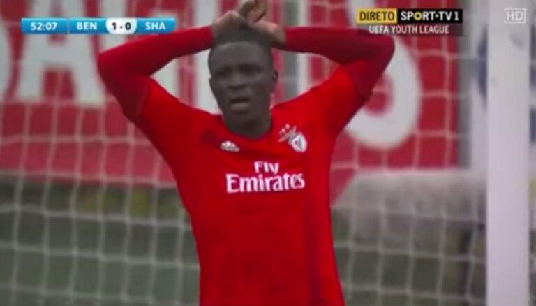 Video: 'Benfica' jaunais uzbrucējs mēģina aukstasinīgi realizēt 'pendeli' un izgāžas