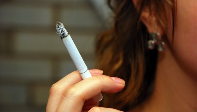Vāc parakstus, lai aizliegtu smēķēt pie atvērta loga daudzdzīvokļu mājās