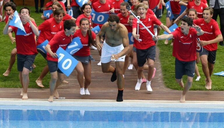 ВИДЕО: Надаль отметил победу на турнире в Барселоне прыжком в бассейн