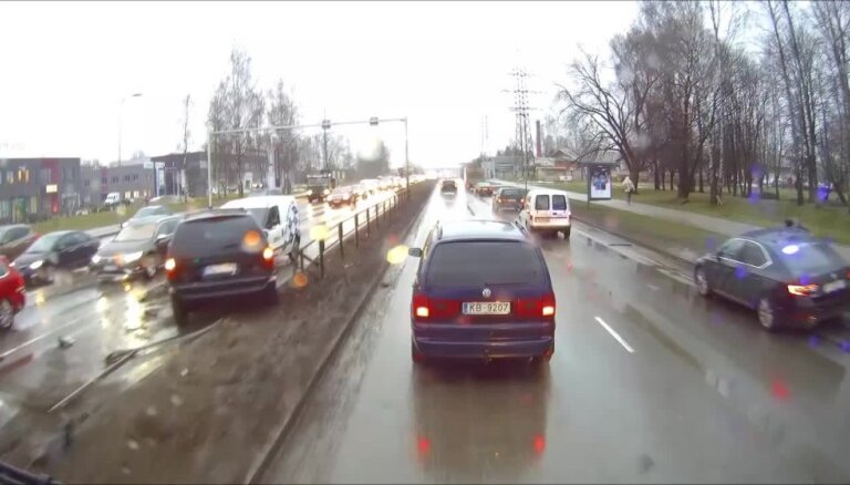 Video: Avārijā Piedrujas ielā auto apskādē nožogojumu