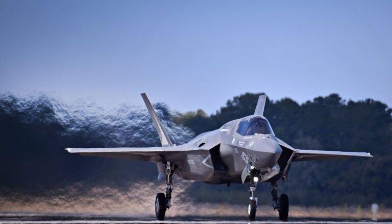 ФОТО: В Латвии впервые приземлились новейшие истребители США F-35