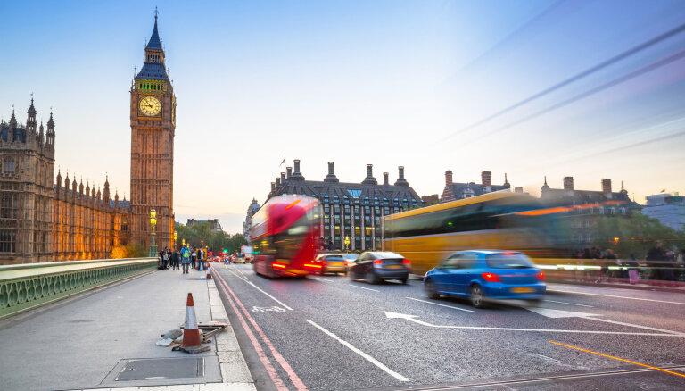 Лишь треть живущих в Великобритании латвийцев зарегистрировала статус постоянного жителя