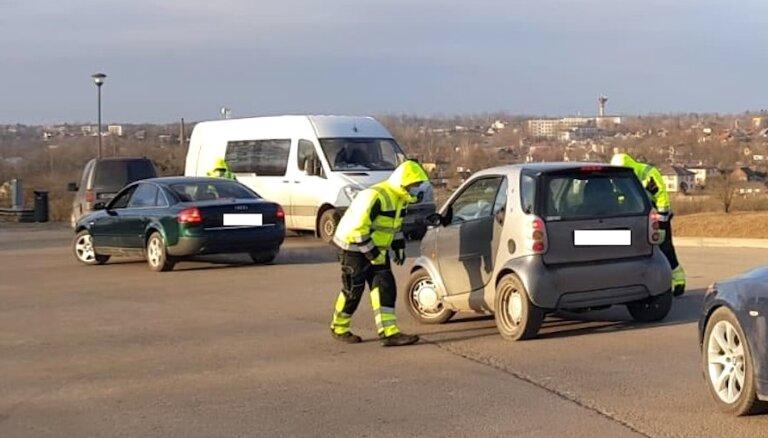 """ФОТО. Рейд CSDD в Курземе: три машины остались без техосмотра из-за """"лысой"""" резины"""
