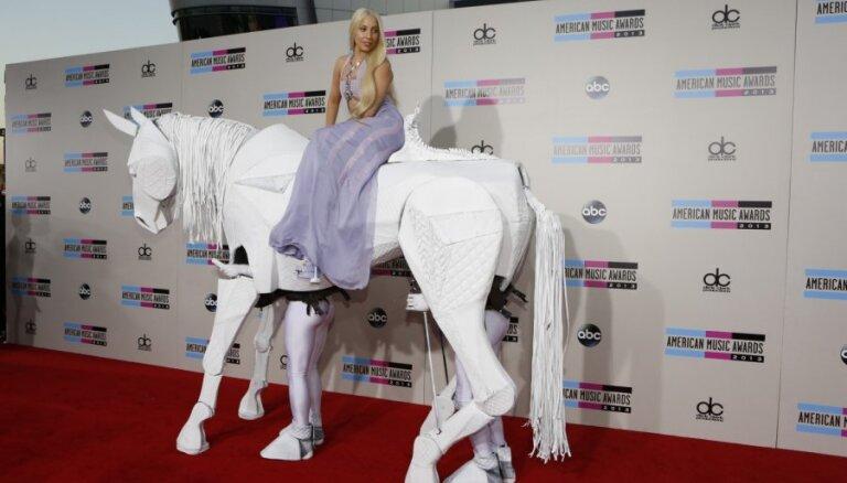 Lady Gaga pēc balvas ierodas milzu zirga mugurā