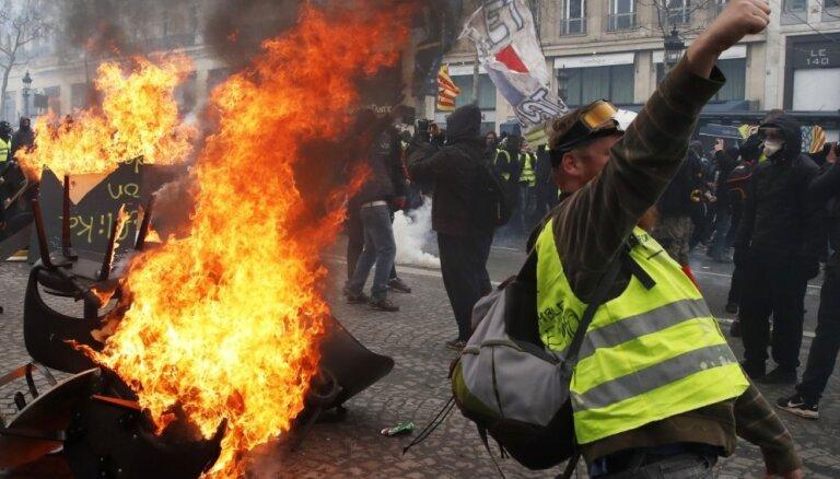 Makrons iesaista armiju, lai nodrošinātu vairāk policistu 'dzelteno vestu' protestos