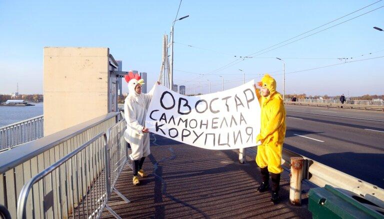 Foto: Pirms Zelenska ierašanās vīri cāļu kostīmos protestē pret ukraiņu olām