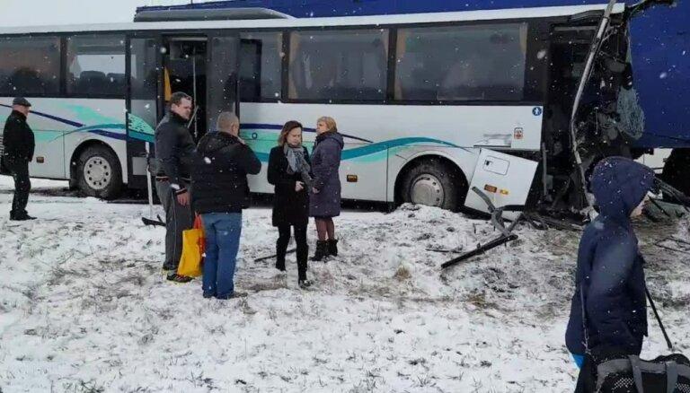 Pie Pūres grāvī iebrauc satiksmes autobuss un kravas auto