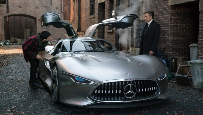 Betmens turpmāk brauks ar 'Mercedes' superauto
