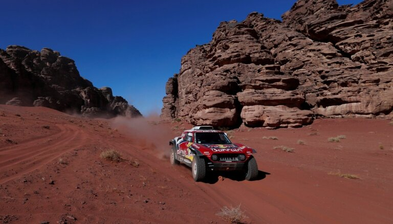 Sainss pārņem Dakaras rallijreida līderpozīciju; neveiksmīga diena KTM braucējiem