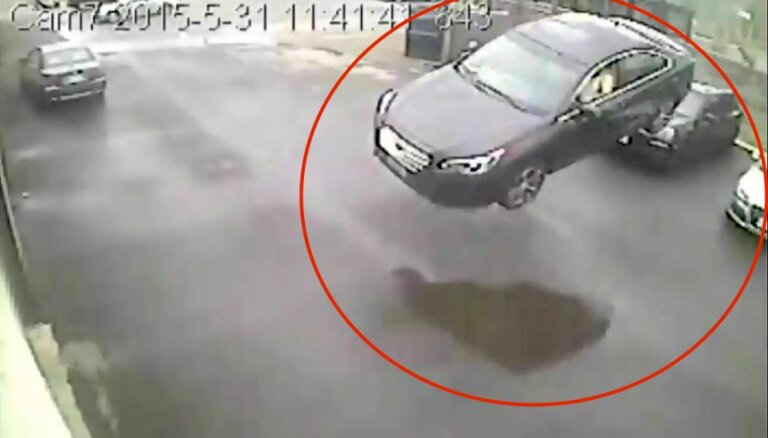 Video: Kanādā 'Subaru' gaisā nolido 10 metrus un ietriecas autoservisā