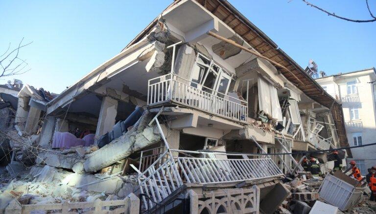 Zemestrīcē Turcijā bojāgājušo cilvēku skaits sasniedzis 31