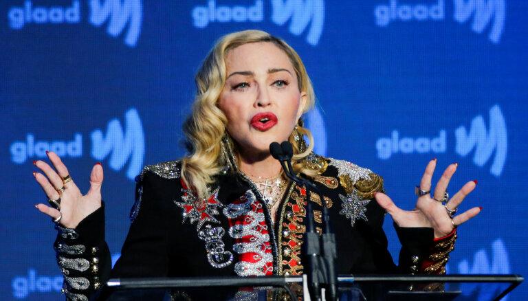 Itāļu dizaineris atvainojas, ka nodēvējis Madonnu par 'cilvēku – tualeti'