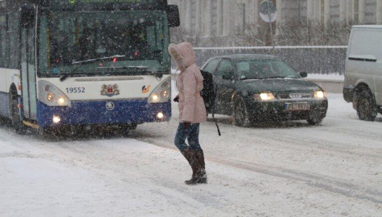 Из-за снегопада автобусы и троллейбусы в Риге опаздывают на полчаса