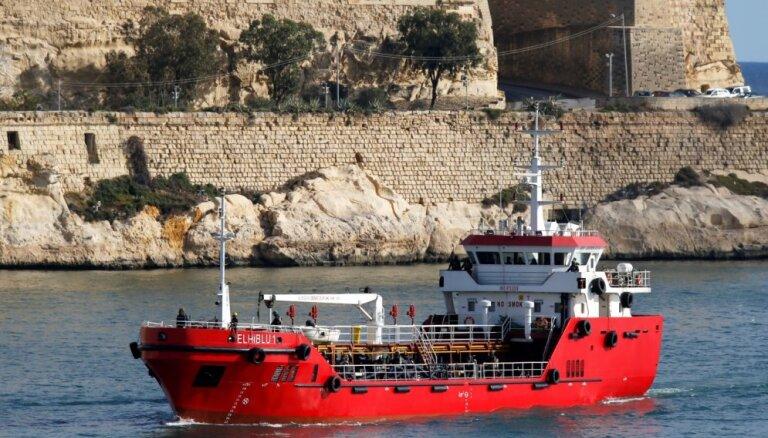 Maltas karaflote pārņēmusi kontroli pār migrantu nolaupīto tankkuģi