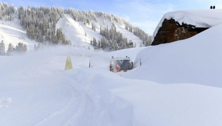Lavīnā Austrijas Alpos gājuši bojā trīs slēpotāji no Vācijas