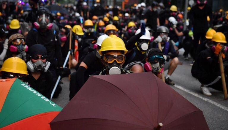 Honkongā atsākas sadursmes starp policiju un protestētājiem
